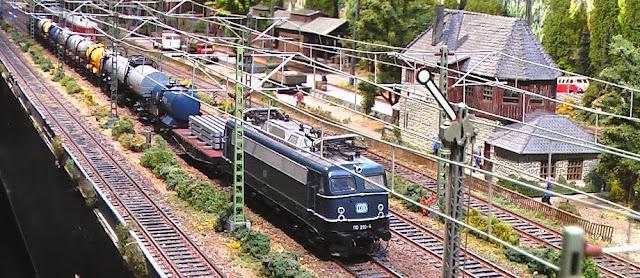 """Een goederentrein staat klaar voor vertrek van station """"Güterumschlag Adelshof"""""""