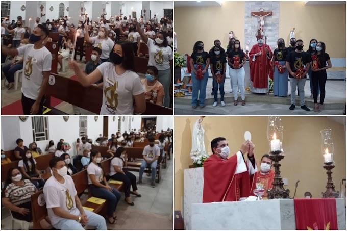 Jovens da paróquia recebem o Sacramento da Crisma