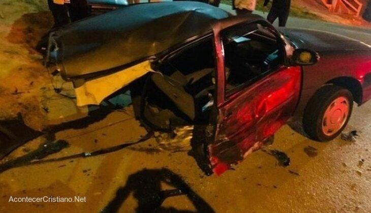 Auto partido en dos tras accidente automovilístico