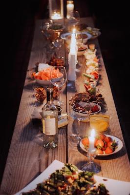 Mesa preparada para cena preboda informal