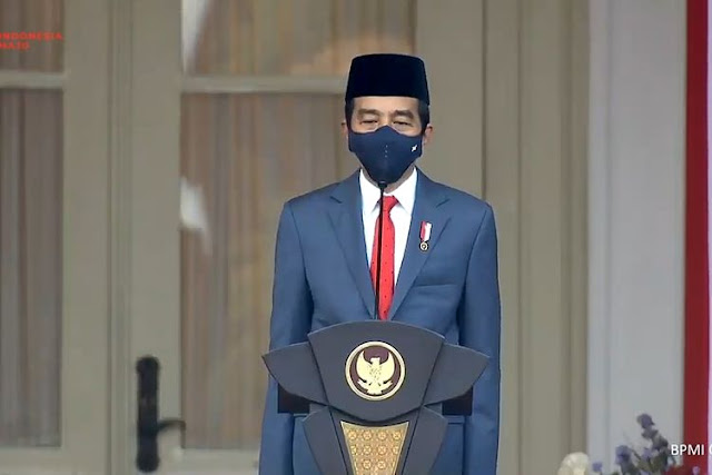 Jokowi-Ma'ruf Mengenakan Jas di Upacara Penurunan Bendera