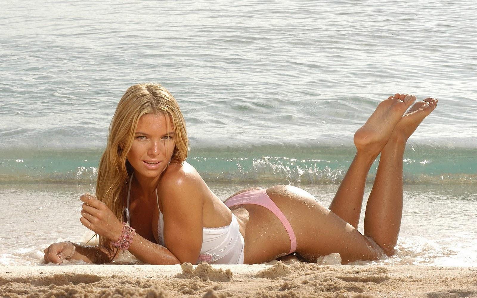 blote meiden op strand