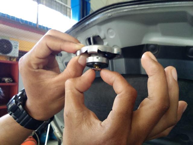 Memeriska Katup Vakum  Pada Tutup Radiator