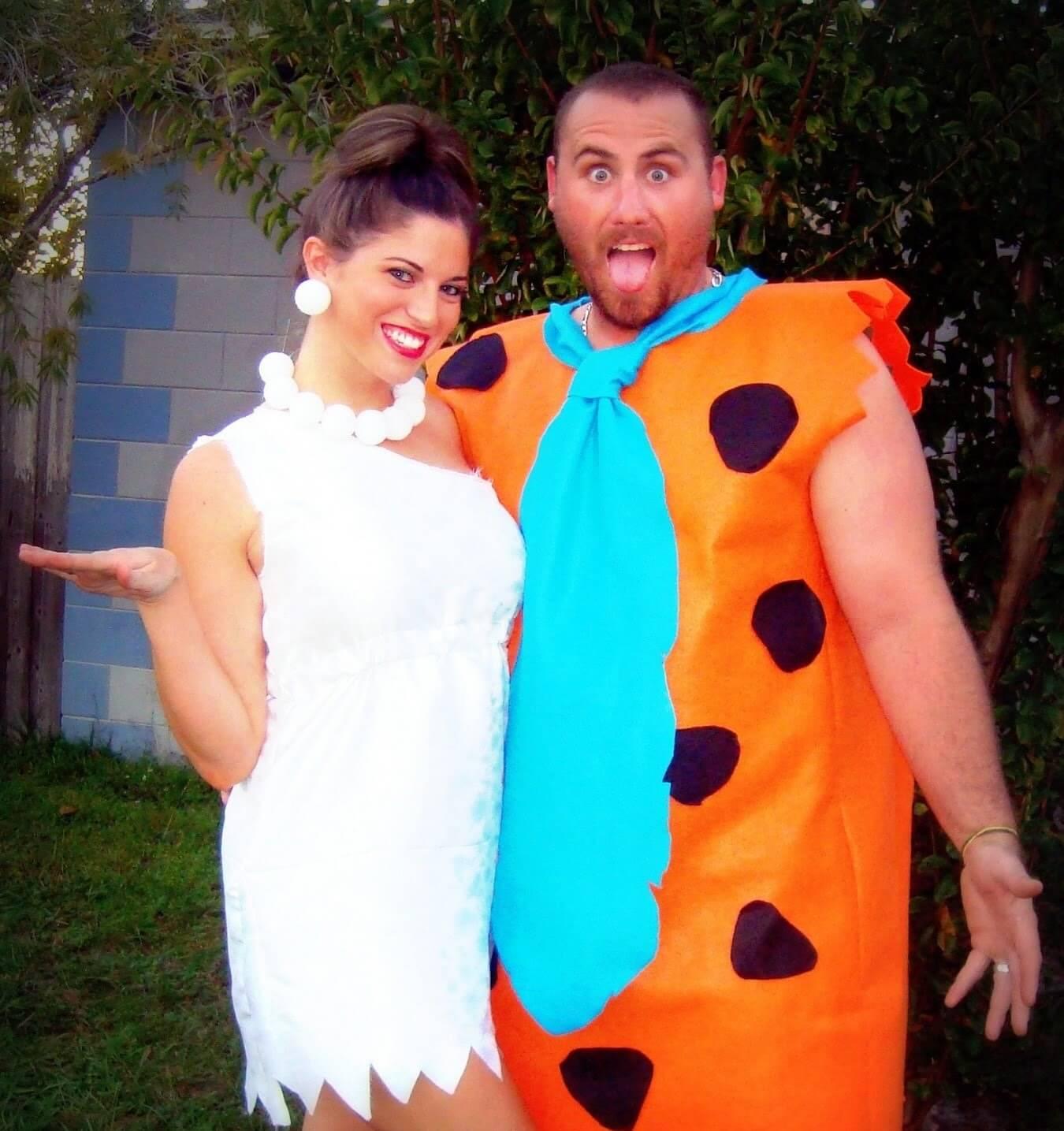 زوجان متنكران بزي من أزياء تنكر الأزواج في ليلة عيد الهالوين بشكل مضحك