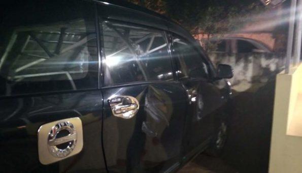 Mencoba Ambil Penumpang, Driver Taksi Online Dihajar & Mobil Dirusak