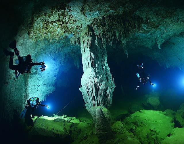 El Big Blue Hole puede llamarse la entrada a las cuevas submarinas y los pasajes que las conectan. Se encuentra en el centro del Lighthouse Reef, una isla de coral (Atola), que forma parte del famoso arrecife de barrera de Belice, cuya superficie total es de unos 800 metros. No sin razón se le considera el más grande del Océano Atlántico, y en tamaño es inferior solo a la Gran Barrera de Coral.