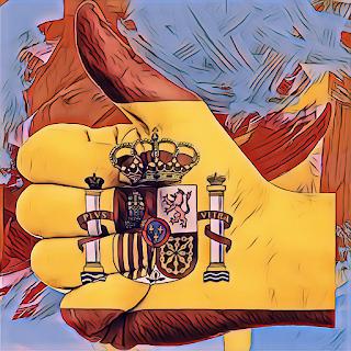 Mano con el escudo de España pintado y el dedo pulgar hacia arriba