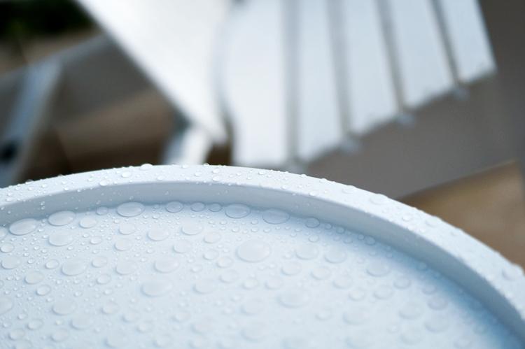 Blog & Fotografie by it's me! - Regentropfen auf einem weißen Tablett