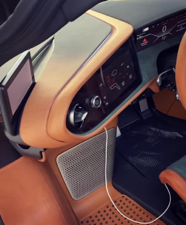 McLaren Speedtail khoác áo carbon xanh hàng độc tại Bahrain