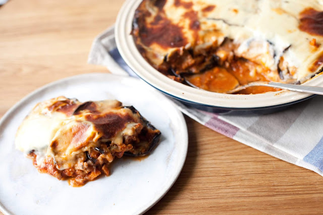Zapiekanka z bakłażanem i sosem mięsnym pod beszamelem