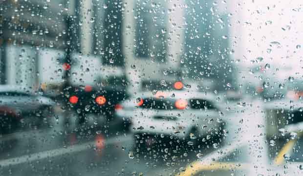 perhatikan cara menyetir mobil saat musim hujan