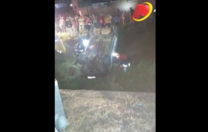 Veículo capota na BR-361, próximo ao Conjunto Itatiunga na noite desta sexta-feira (30) em Patos