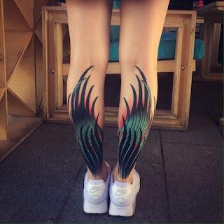 tatuaje de alas en las pantorrillas