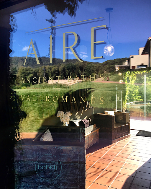 reflets sur la porte d'entrée du spa Aire Ancient Baths au Mas Salagros