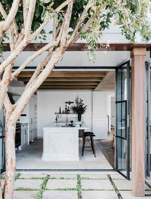 Стильная и расслабляющая атмосфера прибрежного дома в Сиднее