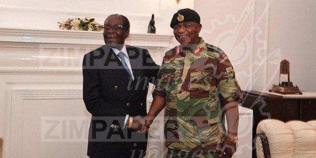 Um presidente sorridente, Robert Mugabe, foi retratado apertando a mão do chefe militar do Zimbábue, isso um dia depois que o exército tomou o poder.