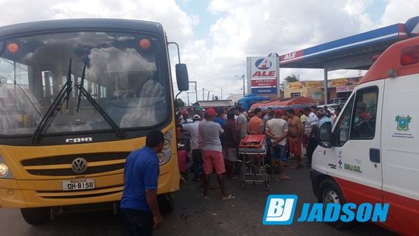 Ônibus escolar de Jandaíra se envolve em acidente com uma moto, em João Câmara.