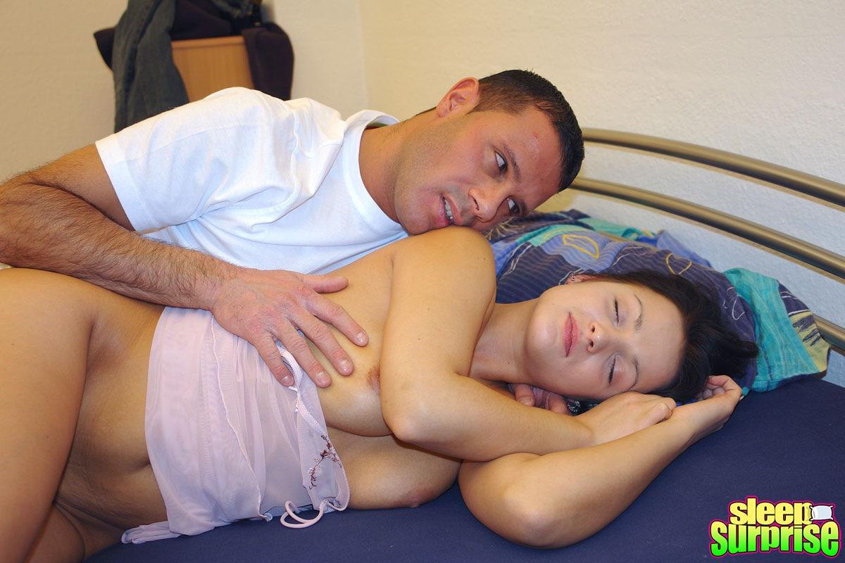 Щупает спящую женщину