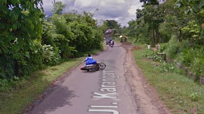 Google Street tidak sengaja memotret kecelakaan ibu-ibu di jl Karangampel Timur.
