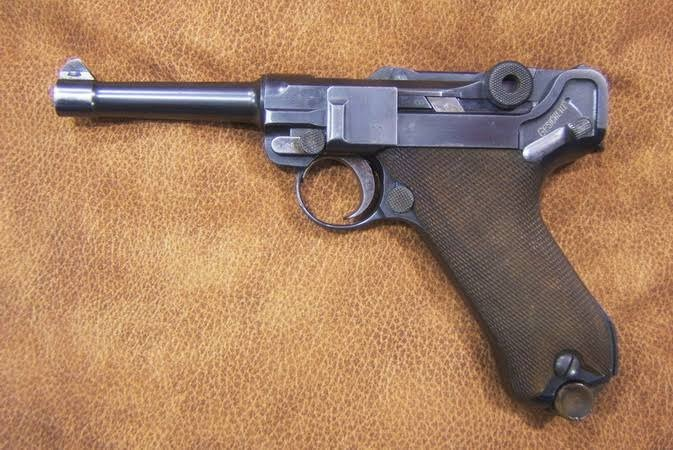 Ladrón tonto asaltaba con una pistola de la Alemana nazi que vale 25 000 dólares; no sabía