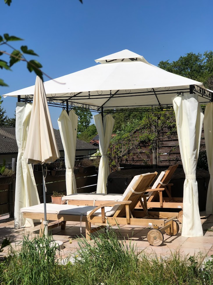 Unsere untere Terrasse mit Pavillon und Chillout-Lounge
