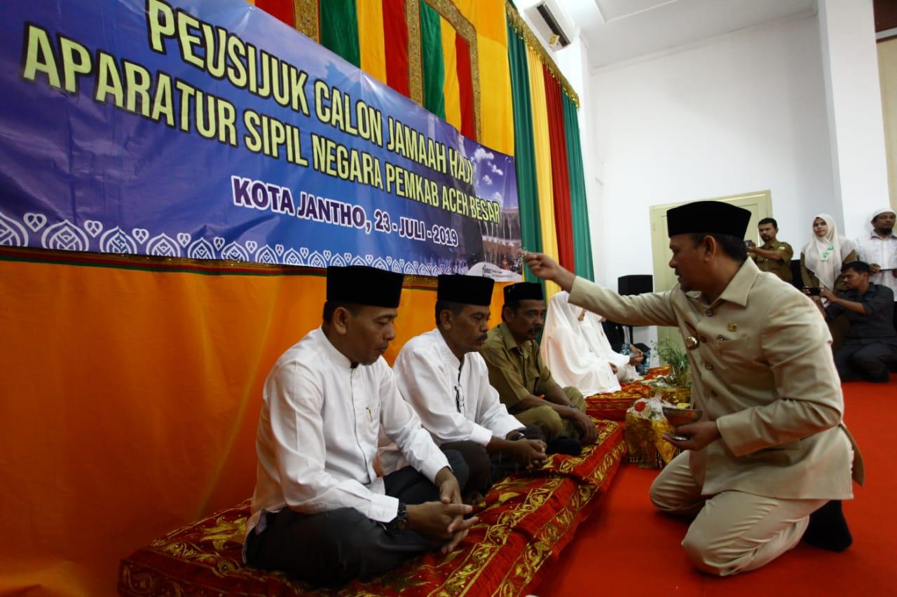 Bupati Peusijuek JCH ASN Pemkab Aceh Besar - Lamuri Online