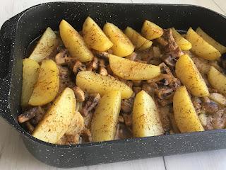 Mięso z ziemniakami i pieczrkami