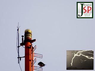 O para-raios na foto anexa (perto do qual uma ave descansa) está instalado na torre mais alta do Pico do Jaraguá. Como a montanha tem 1.135 metros e a torre 130 metros, a ponta do para-raios está a 1.265 metros acima do nível do mar e é o ponto culminante da cidade de São Paulo. Em janeiro de 2012, pesquisadores do Grupo de Eletricidade Atmosférica (Elat) do Instituto Nacional de Pesquisas Espaciais (Inpe) registraram, pela primeira vez na história do Brasil, uma sequência de raios ascendentes (que partem do solo para as nuvens) no referido para-raios, o que você pode ver na foto em detalhe.