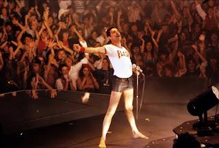 Freddie Mercury en un concierto con la camiseta de Flash Gordon
