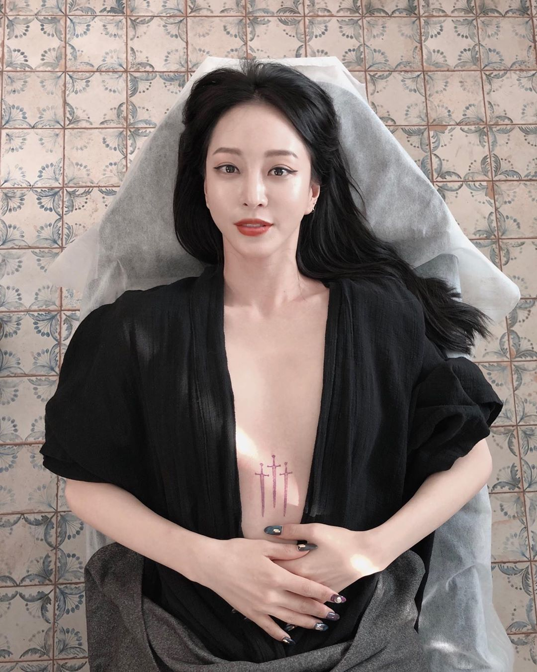Showing Off Tattoos on Her Chest, Han Ye Seul Reap Criticized from Netizens
