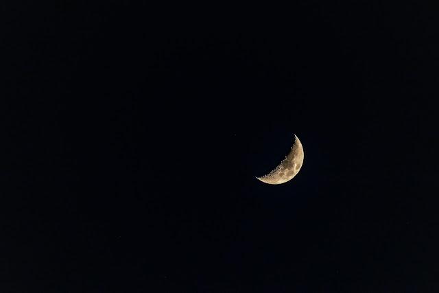 صورة جميلة للقمر في وضع الهلال