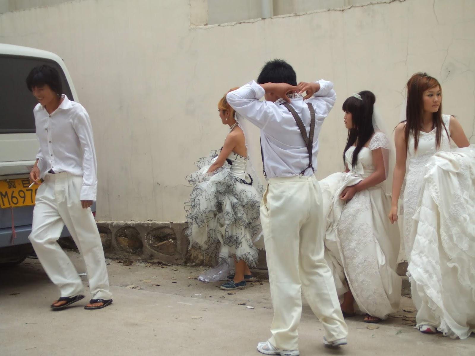 Menschen in weißer Kleidung vor weißer Mauer