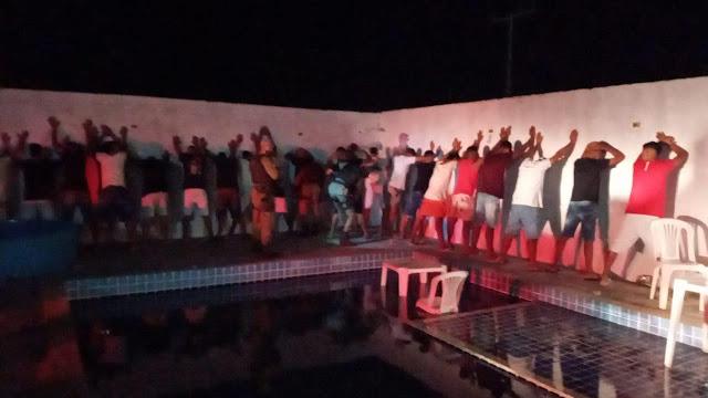 Polícia Militar encerra festa de paredão com 100 pessoas e apreende arma de fogo no Junco