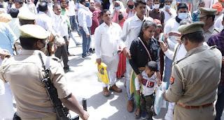 नामांकन पत्र जमा करने में रही भारी भीड़   | #NayaSaberaNetwork