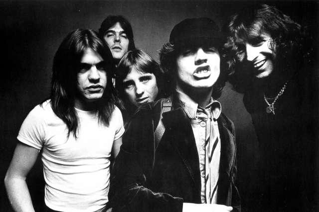 "AC/DC: Σπάνιο live video του 1981 για το ""You Shook Me All Night Long"""
