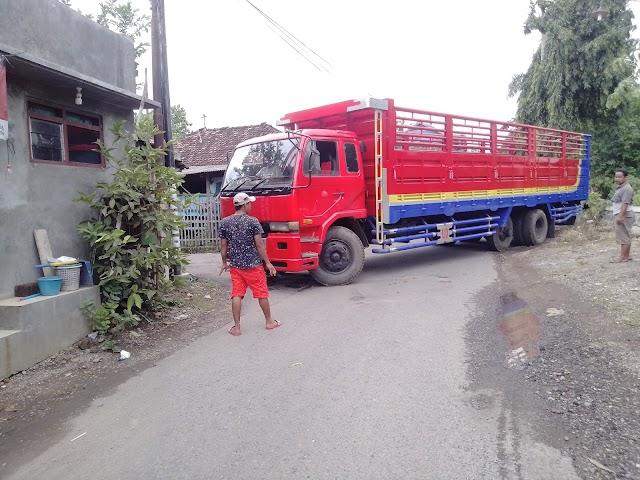 Truk Masuk Kampung Meresahkan Warga, Bikin Jalan Rusak Dan Macet