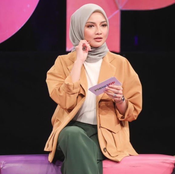 Netizen Perli Neelofa Jual Tudung Harga Ratusan Ringgit, Tapi Adik-Beradik Tak Tutup Aurat