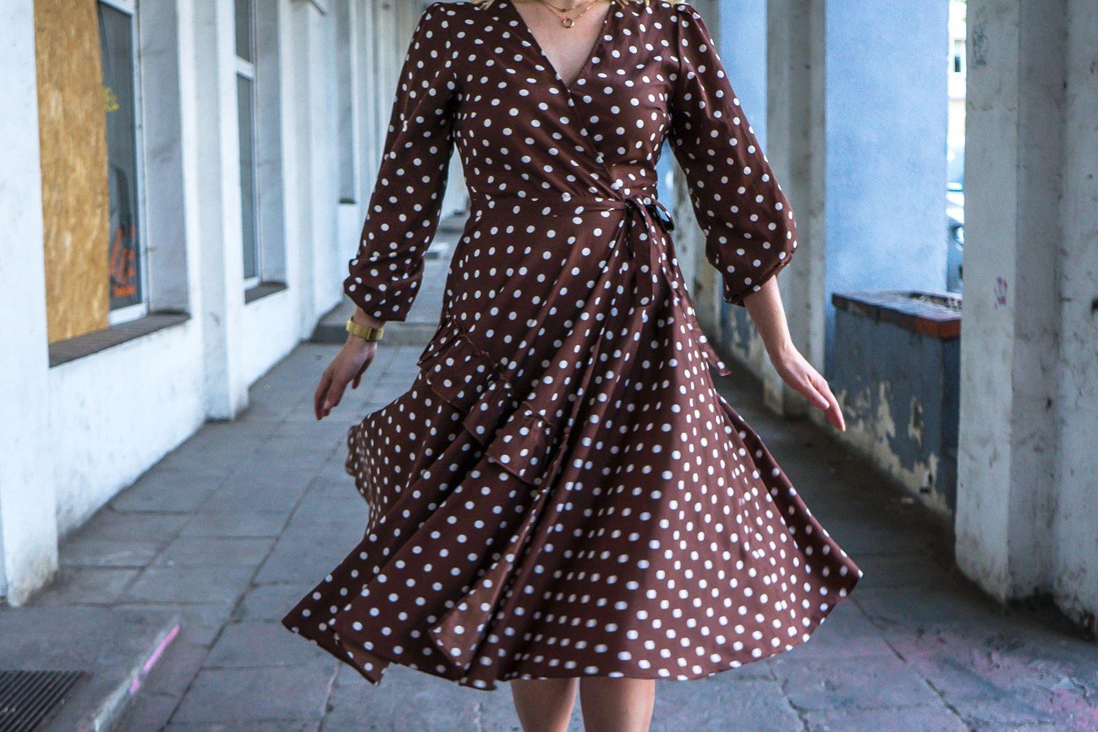 1 modny kombinezon sukienka w groszki jak nosić w grochy sukienki idealne ubranie na wesele w co ubrać się na wesele w lato na poprawiny na-kd opinie modne stylizacje na lato sukienki dla blondynki