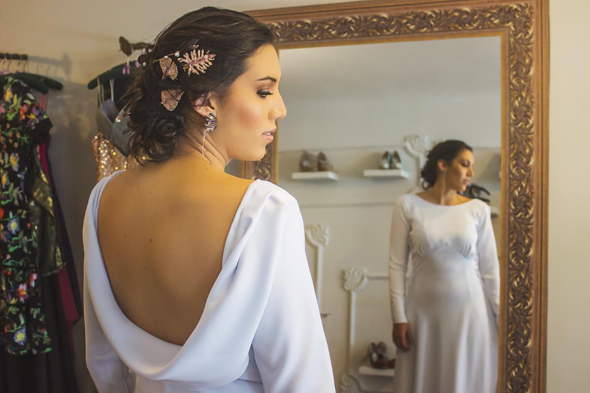 Fotografía de prueba de vestido novia de boda, fotógrafo profesional en Medellín