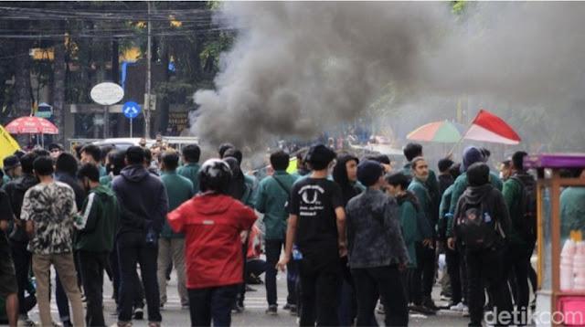 Foto demonstrasi tolak UU Omnibus Law di DPRD Jabar. (sumber: detikcom)