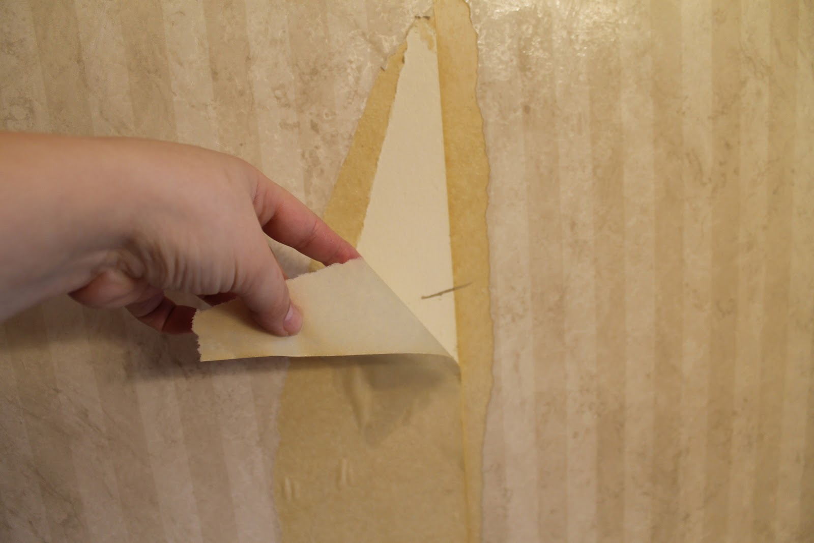 hip2thrift: How to remove old wallpaper easily {Bathroom Makeover}