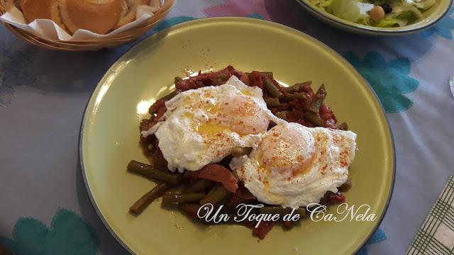 Huevos Escalfados Con Judías, Tomate Y Jamón