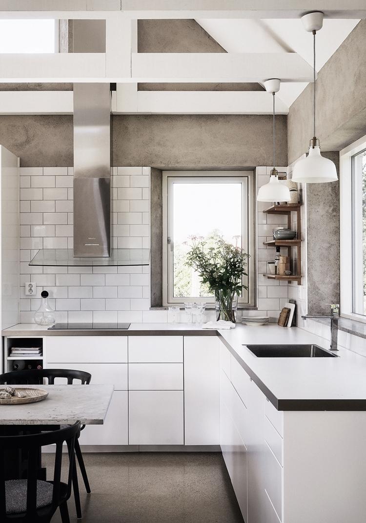 decoracion-cocina-pequeña-decorar-blanca-baldosas-metro-encimera-blanca-estilo-nordico-industrial-sillas-negras