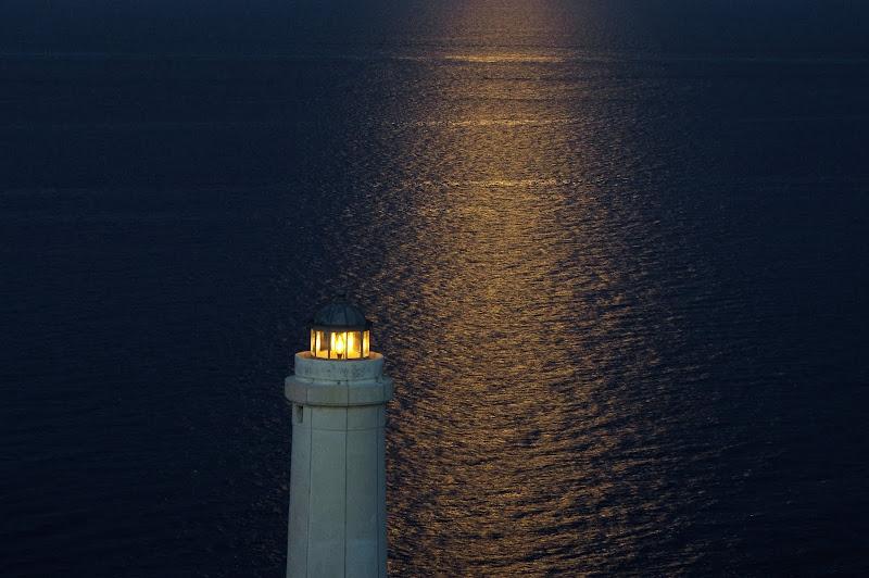 Leuchtsignal und im Licht des Vollmonds (Punta Palascìa - Otranto, Apulien)