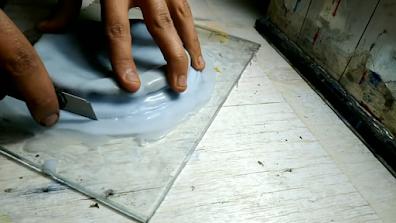 قالب سيليكون أبيض يتم فصله عن الزجاج بإستخدام كاتر حاد