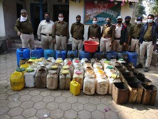 आबकारी टीम की कार्यवाही, 26 लीटर हाथ भट्टी शराब के साथ 1840 किलो महुआ लहान को किया जप्त