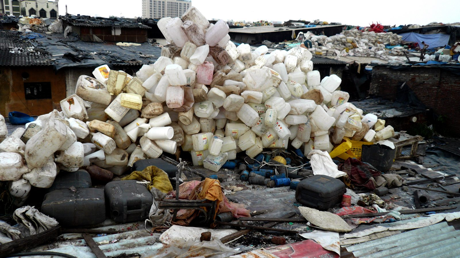 Plastic-recycling-factory-roof-Dharavi-slum-Mumbai-India1.jpg (1600×899)