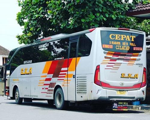 Bus Eka Mira dari belakang