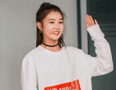 Hayoung Choi waving fans in an award show