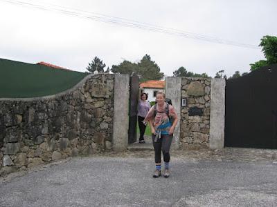 Mulher num portão e peregrina de Santiago